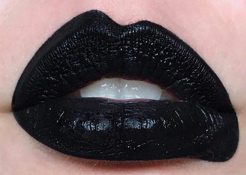 How to Apply Black Lipstick